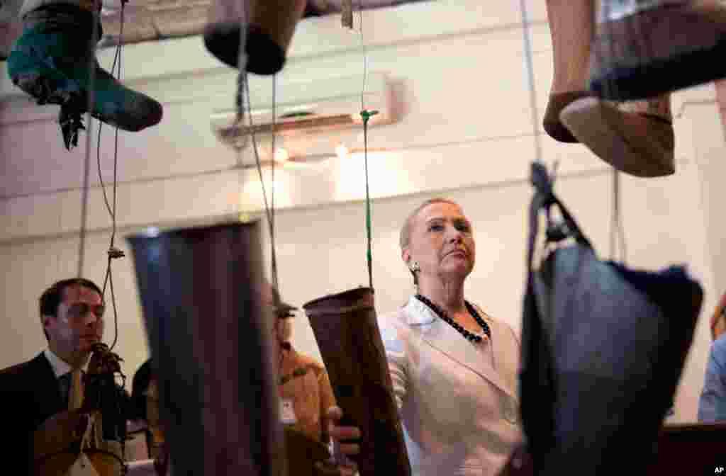Ngoại trưởng Clinton xem một cuộc triển lãm các chân tay giả trong chuyến thăm Công ty chỉnh hình và lắp tay chân giả (COPE), tại Vientiane, Lào, ngày 11/7/2012