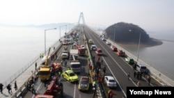 11일 다중 추돌사고가 발생한 한국 인천시 중구 영종대교에서 경찰과 소방대원 등 관계자들이 사고현장을 수습하고 있다.