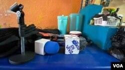 """Estos son los improvisados micrófonos que hizo Wilferson Rodríguez, un joven """"periodista comunitario"""" venezolano, para cubrir las noticias de de su barrio, La Lucha, en Maracaibo, Zulia. Foto: VOA."""