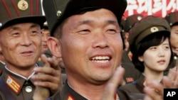 지난 2일 북한 김일성광장에서 열린 김정은 국무위원장 추대 평양시 군민경축대회에서 군인들이 박수를 치고 있다.
