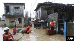 Nước ngập tới hông tại khu phố cổ của Manila, ngày 27/9/2011