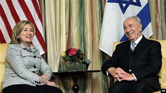 US Secretary of State Hillary Rodham Clinton (l) and Israeli President Shimon Peres meet at the Blair House in Washington, April 4, 2011