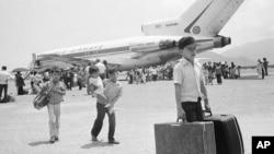 Người tị nạn từ miền nam Việt Nam ở Nha Trang ngày 27/3/1975 trước khi Sài Gòn sụp đổ. Những người tị nạn Việt Nam tới Mỹ trước năm 1995 có thể bị trục xuất trở về theo một chính sách mới của chính quyền Tổng thống Donald Trump.