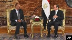 Presiden Mesir Abdel-Fattah el-Sissi (kanan) menerima Presiden Eritrea Isaias Afwerki di Kairo, hari Selasa (9/1).