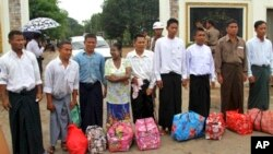 Beberapa tahanan politik Burma yang dibebaskan dari penjara Insein di Rangoon sebelumnya, Mei tahun ini (foto: dok).