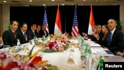 Presiden Joko Widodo (kiri) didampingi para Menteri Kabinet Kerja ketika bertemu Presiden AS Barack Obama (kanan) di Beijing, China, di sela KTT APEC tahun lalu, 10 November 2014 (foto: dok).