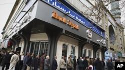 德黑兰市民3月2日为伊朗议会选举在排队投票
