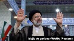 Ebrahim Raisi, alors candidat à la présidentielle, fait un geste après avoir voté lors des élections présidentielles dans un bureau de vote à Téhéran, Iran, le 18 juin 2021.