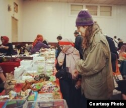Warga lokal New York membeli makanan Indonesia (courtesy: IGA New York).