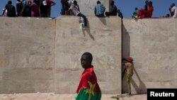 Un manifestant à Ouagadougou, la capitale du Burkina Faso, le 28 october 2014.