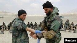Praktek pertolongan pertama dalam latihan militer bersama di Pusat Pelatihan Militer di Kabul (KMTC) (Foto: dok). Pengadilan militer Afghanistan telah menjatuhkan hukuman mati bagi pelaku penembakan tentara Perancis, Januari lalu.