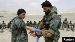 Calon tentara Afghanistan menerima pelatihan 'pertolongan pertama' di pusat pelatihan militer Kabul (foto: dok). AS menunda pelatihan bagi tentara Afghanistan yang baru direkrut.