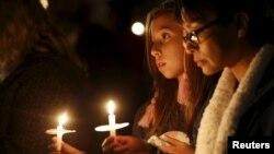 Những người tham dự buổi thắp nến cầu nguyện cho các nạn nhân của vụ xả xúng ở San Bernardino, California, ngày 3/12/2015.