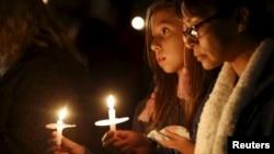 Dos jovencitas participan en una vigilia por las víctimas del tiroteo en San Bernardino, California.