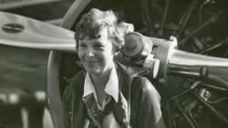 Phi công Amelia Earhart đứng cạnh phi cơ Vega của hãng Lockheed