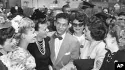 """""""Standing Room Only"""" es la nueva colección en discos compactos de Frank Sinatra que incluye shows en el Sands de Las Vegas. En la gráfica, un joven Sinatra en Pasadena, California, 11 de agosto de 1943."""