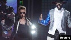 """Justin Bieber junto """"Will.i.am"""" durante el espectáculo que ofreció en el MGM Grand Garden Arena, en Las Vegas, Nevada."""