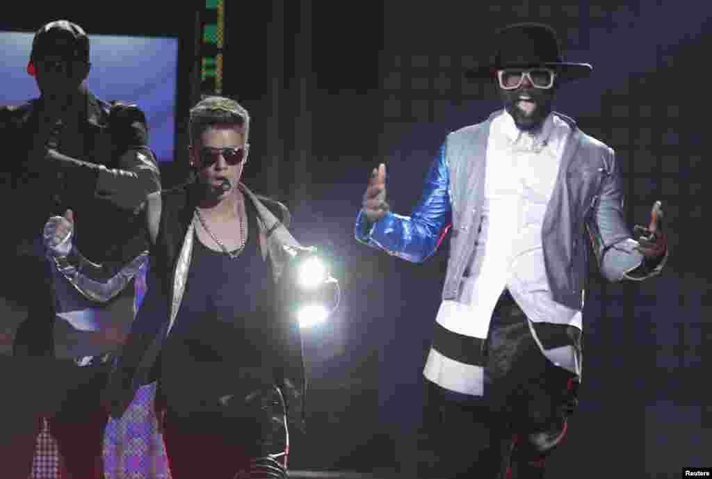 Justin Bieber, izquierda junto a Will.i.am durante la entrega de los Premios Billboard 2013.