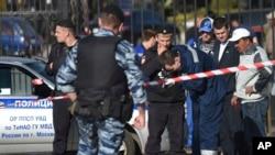 Các nhà điều tra Nga đang điều tra tại nghĩa trang Khovanskoye ở Moscow hôm 14/5.