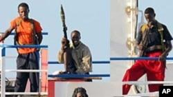 一组索马里海盗手持AKM来福枪和RPG-7火箭助推榴弹发射器等武器