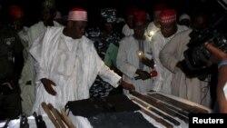 Abdullahi Umar Ganduje, gouverneur de l'Etat de Kano inspecte des armes saisies dans un village, Nigeria, 2 novembre 2015.