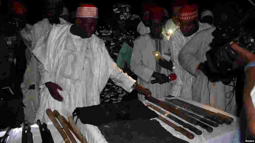 Gwamna Abdullahi Umar Ganduje na Jihar Kano yana duba makaman da aka kwace a hannun barayin shanu a Dajin Gomo dake karamar hukumar Sumaila ran litinin 2 Nuwamba, 2015.