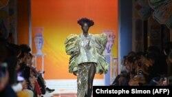 Un mannequin arbore une tenue de la créatrice suisse Adeline Rappaz lors du festival de mode à Hyères, dans le sud de la France, le 15 octobre 2021.