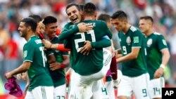 جرمنی کو شکست دینے کے بعد میکسیکو کے کھلاڑی خوشی کا اظہار کر رہے ہیں