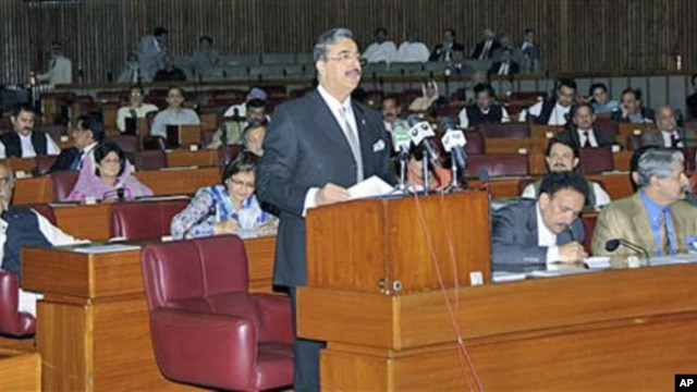 Pakistani Prime Minister Yousuf Raza Gilani addresses the Parliament in Islamabad, Pakistan, May 9, 2011 (file photo)