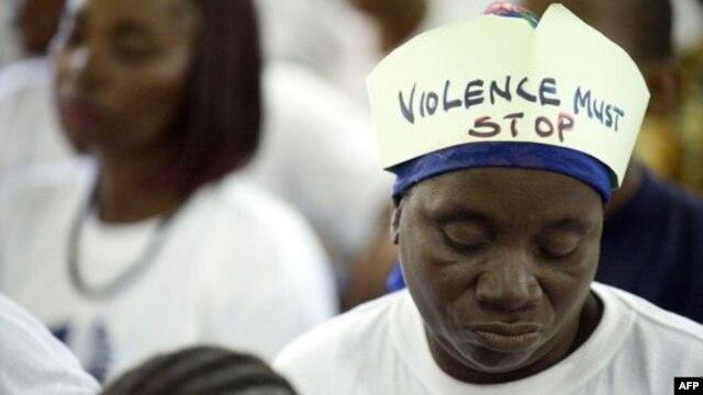 """""""A violência tem que parar"""", lê-se no chapéu desta mulher, participante numa campanha das Nações Unidas contra a violência dirigida às mulheres e raparigas (foto de arquivo)"""