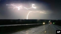 Tormentas eléctricas azotaron la ruta interestatal 70 cerca de Junction City, Kansas, el martes, 26 de abril de 2016.
