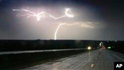 Tormentas eléctricas azotaron la ruta interestatal 70 cerca de Junction City, Kansas, el martes, 26 de abril de 2016.