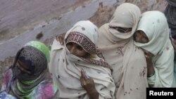 فائل: پاکستانی خواتین ووٹ ڈالنے کے لیے قطار میں انتظار کرتے ہوئے۔
