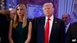 川普和女儿伊万卡抵达川普大楼门厅的记者会现场(2017年1月11日)
