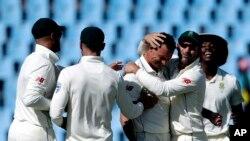 جنوبی افریقہ کے کھلاڑی اسد شفیق کے آؤٹ ہونے پر خوشی کا اظہار کر رہے ہیں۔