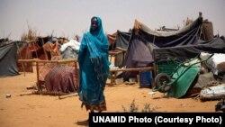 Seorang perempuan Sudan tinggal di kamp pengungsi akibat konflik di Darfur (foto: dok).