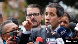 Presiden sementara Venezuela, Juan Guaido, memberikan keterangan kepada media di Caracas, Venezuela, 20 Februari 2019.
