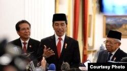 Presiden Joko Widodo didampingi Wapres KH Ma'ruf Amin dan Jubir Presiden Fadjroel Rachman di Istana Negara, Jakarta, pastikan WNI positif Corona tertangani dengan baik di Singapura. (Foto: Biro Setpres )