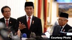 Presiden Joko Widodo didampingi Wapres KH Ma'ruf Amin dan Jubir Presiden Fadjroel Rachman di Istana Negara, Jakarta. (Foto: Biro Setpres)