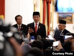 Presiden Joko Widodo didampingi Wapres KH Ma'ruf Amin dan Jubir Presiden Fadjroel Rachman di Istana Negara, Jakarta , pastikan WNI positif Corona tertangani dengan baik di Singapura. (biro Setpres )