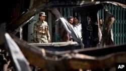 Binh sĩ Afghanistan tại hiện trường sau vụ đánh bom tự sát ở Kabul, ngày 16/5/2013.