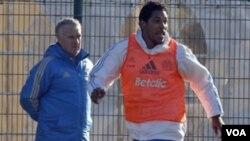 Brandao penyerang Marseille asal Brasil ketika berlatih disaksikan pelatih Didier Deschamps (13/1).