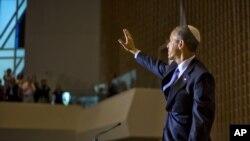 "Presiden AS Barack Obama, mengenakan kopiah tradisional Yahudi ""yarmulke"" melambai kepada hadirin usai pidato di sebuah sinagog di Washington DC hari Jumat (22/5)."