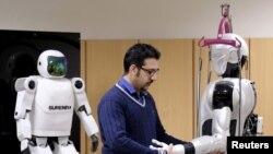 یک مهندس با ربات انسان نمای سورنا ۳ در دانشگاه تهران کار می کند - آرشیو