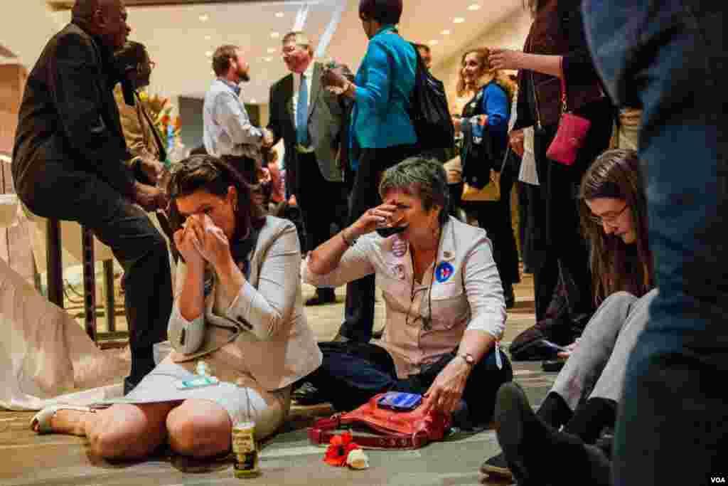 民主党在马里兰州银泉镇的观票聚会上,希拉里的支持者士气低落,有人哭泣。(美国之音晓歌拍摄)