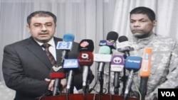 Mantan tentara AS, Randy Michaels Hultz (berseragam tentara tanpa tanda) dalam jumpa pers di Baghdad bersama jubir parlemen Irak Qusay al-Shouhail (17/3).