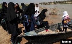 تردد دانشآموزان روستاهای اهواز با قایق