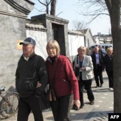 外国游客在钟鼓楼附近游览