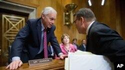 Один із співавторів резолюції сенатор Рон Джонсон спілкується з високопосадовцем Державного департаменту США Бенджаміном Зіффом (праворуч)