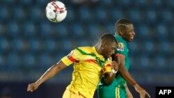 Le défenseur malien Hamari Traoré face au Mauritanien Mohamed Dellah Yaly lors du match de football CAN 2019 opposant le Mali et la Mauritanie au Stade de Suez à Suez le 24 juin 2019.